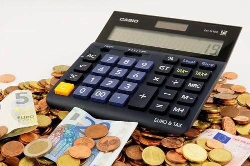 kalkulator a pod nim pieniądze