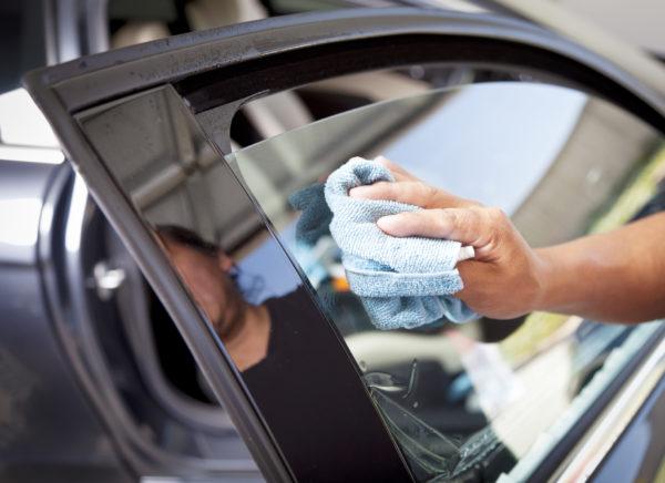 czyszczenie szyby samochodowej